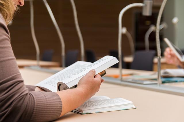 čtení v knihovně.jpg