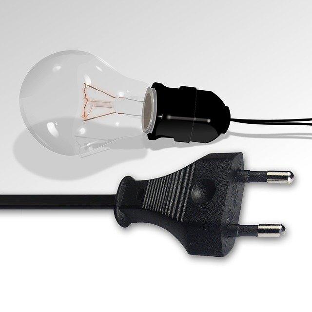 žárovka a zástrčka