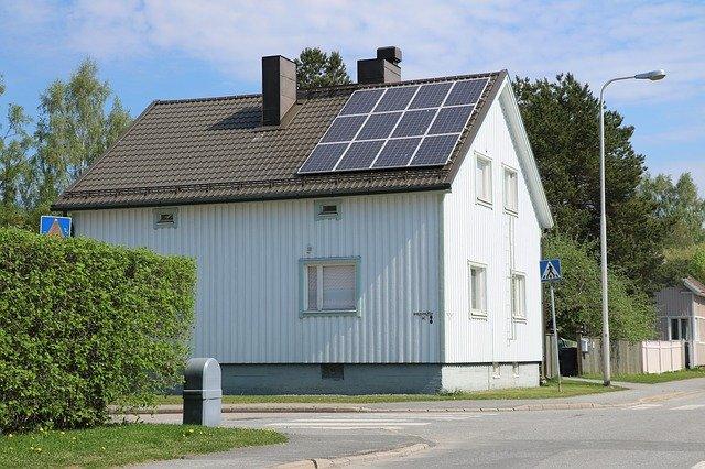 budova a solární panely