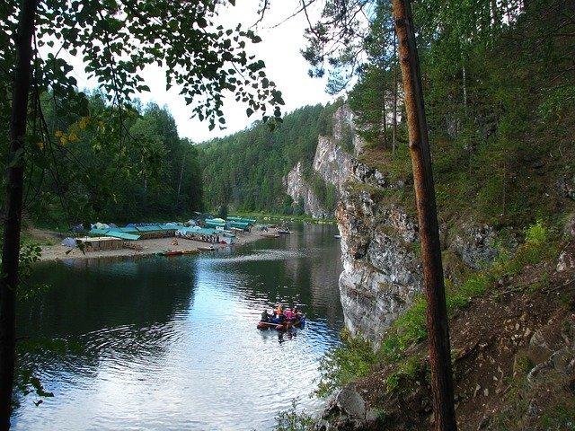 kemp u řeky