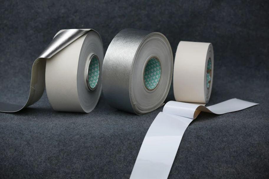 tři lepicí pásky